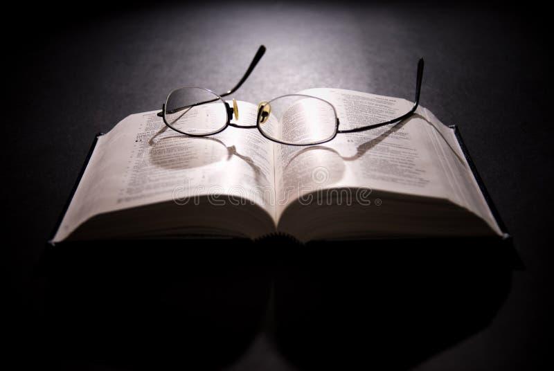 Occhiali e bibbia santa immagini stock libere da diritti