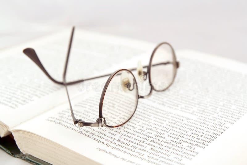 Download Occhiali sul libro aperto fotografia stock. Immagine di eyeglasses - 3145920