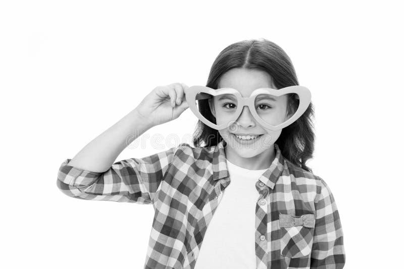 Occhiata adorabile Occhiali a forma di del cuore della ragazza del bambino allegri Fronte sorridente adorabile dell'acconciatura  immagine stock