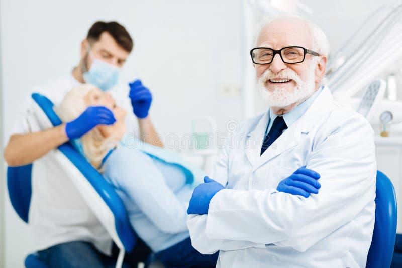 Occhiata allegra dello stomatologo piacevole fotografie stock