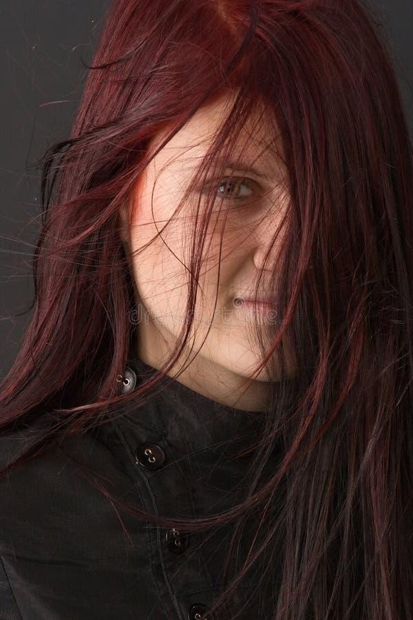 Occhiata tramite capelli rossi fotografie stock