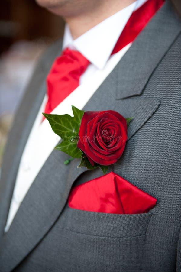 Nozze dell'occhiello della rosa rossa dello sposo fotografie stock