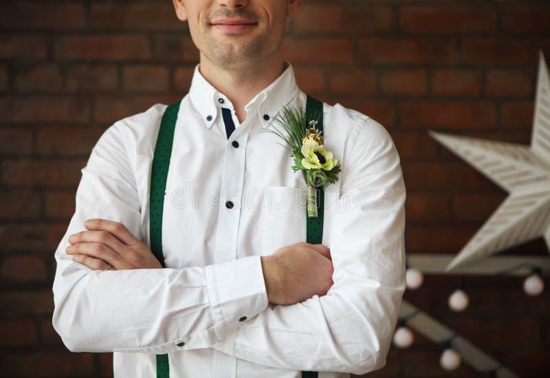Occhiello d'uso dello sposo con l'anemone bianco fotografia stock libera da diritti