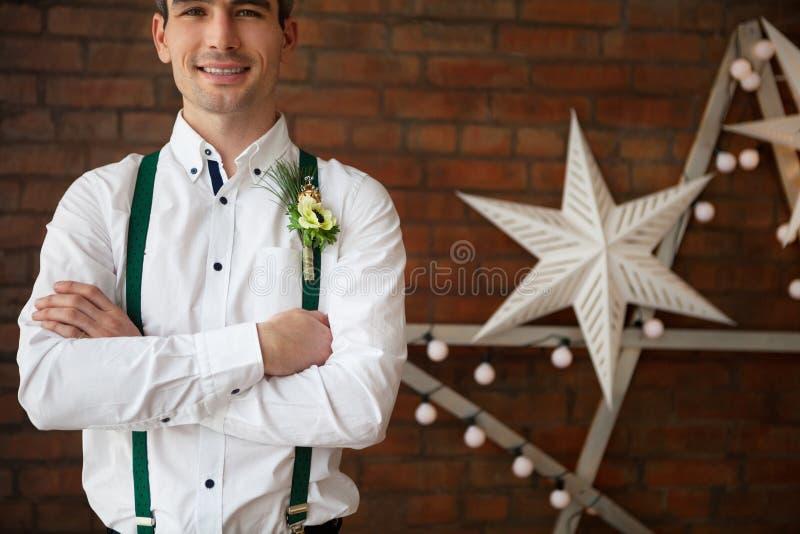 Occhiello d'uso dello sposo con l'anemone bianco immagini stock