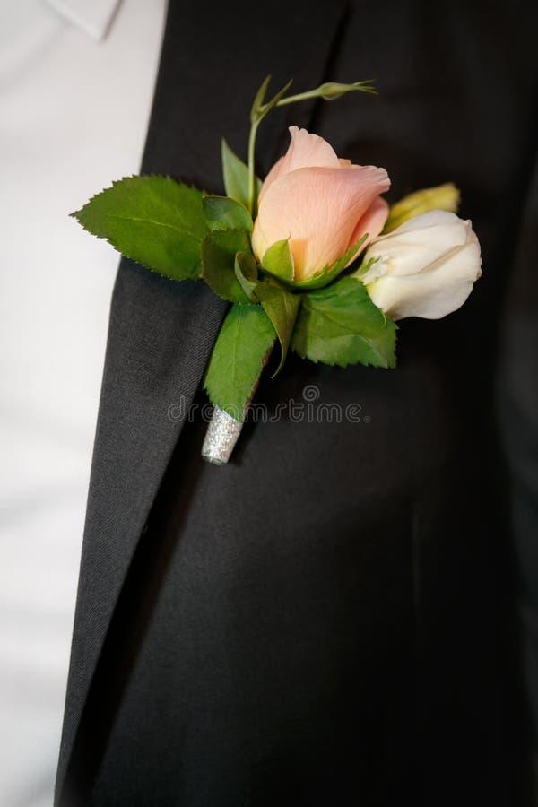 occhiello dello sposo dalle rose beige immagini stock