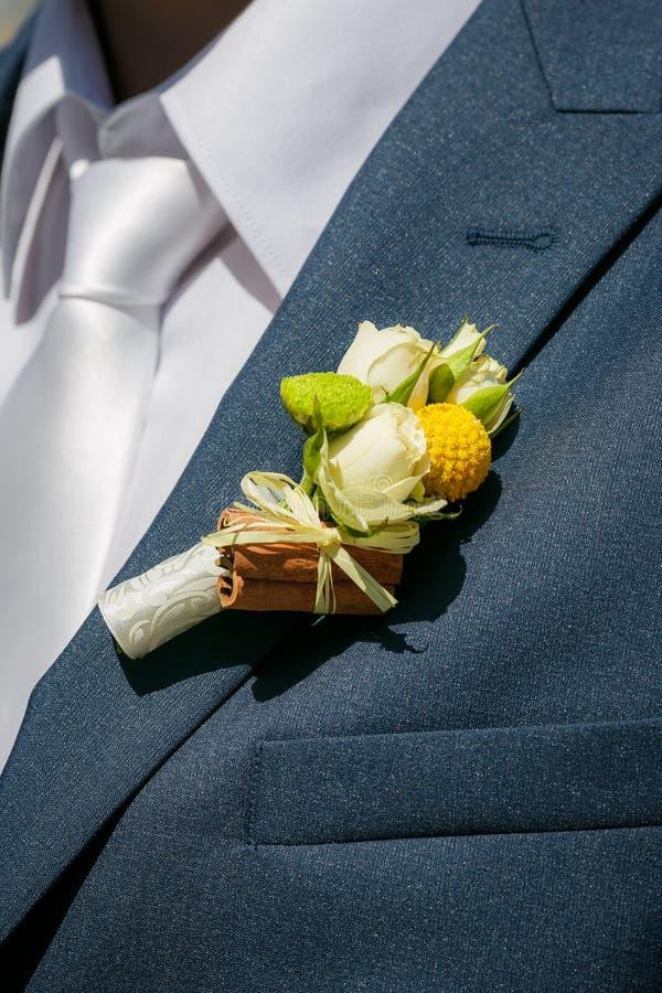Occhiello dello sposo dalle rose e dalla cannella beige immagine stock