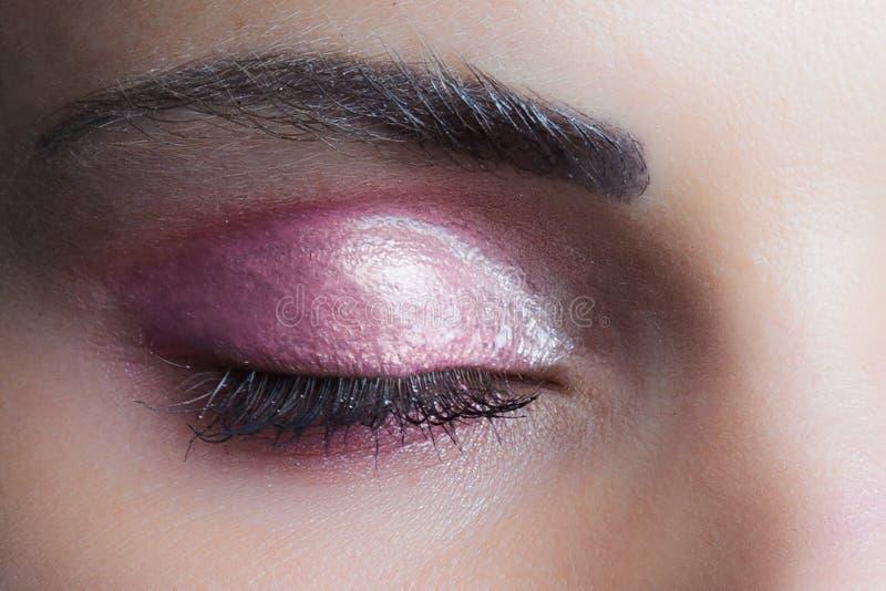 Occhio chiuso della donna con lo studio bagnato rosa perfetto del primo piano dell'ombretto fotografia stock libera da diritti