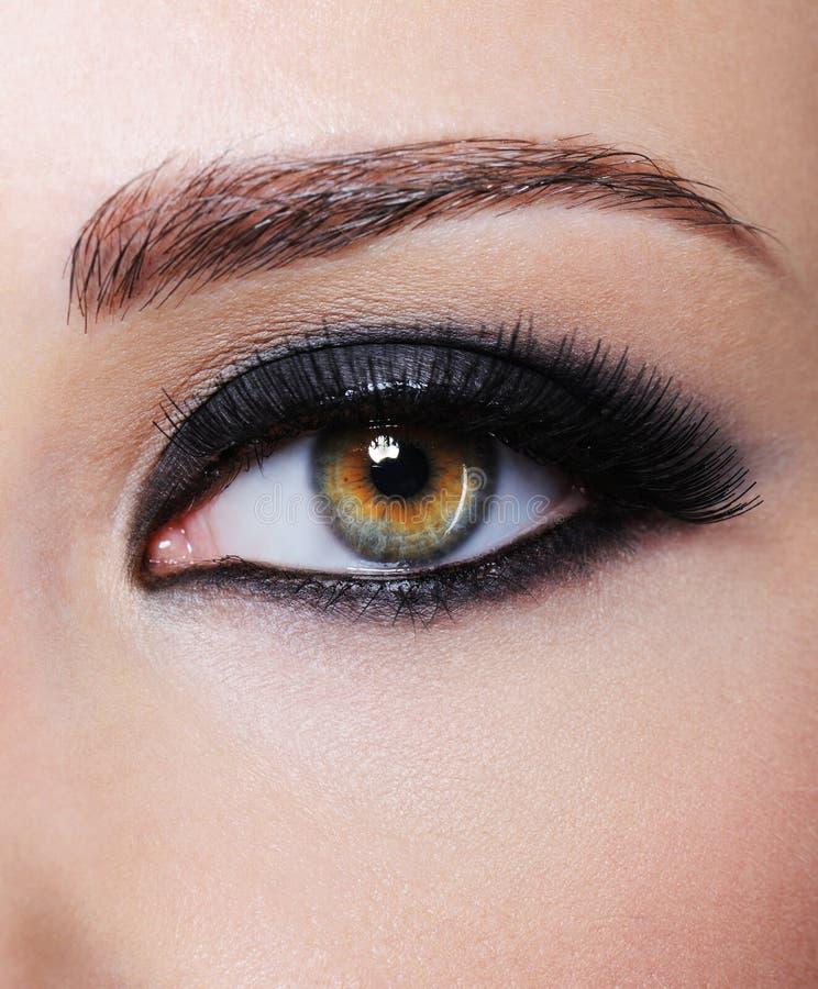 Occhio con trucco nero luminoso di fascino immagini stock libere da diritti
