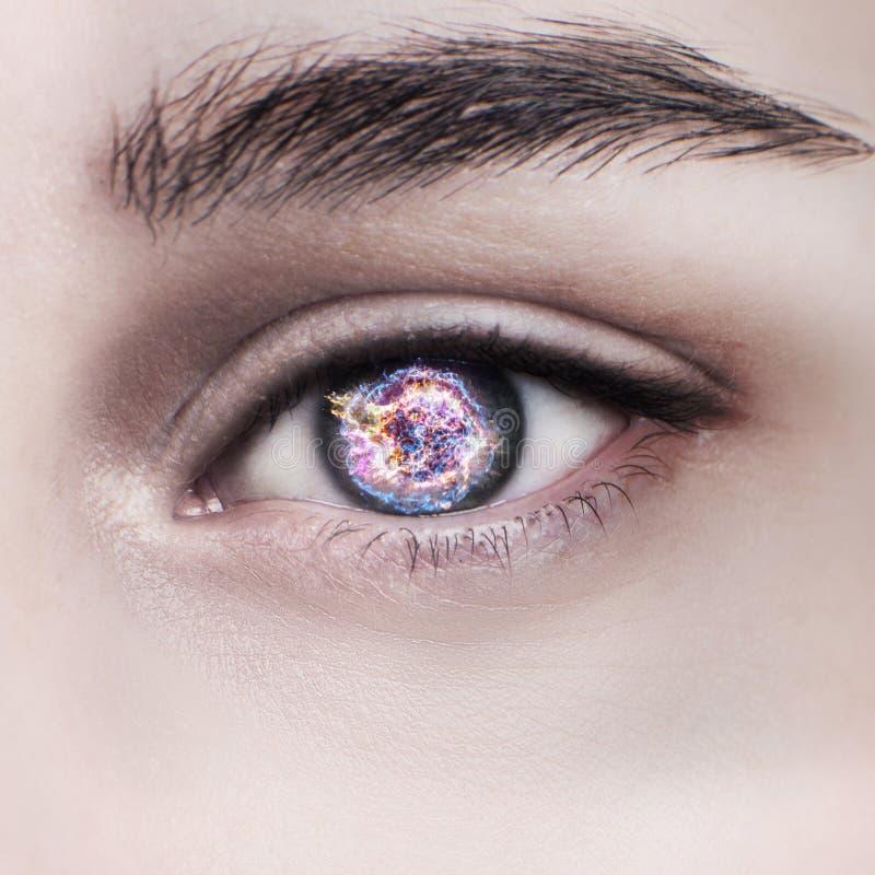 Occhio della donna e spazio cosmico Concetto delle lenti a contatto fotografia stock