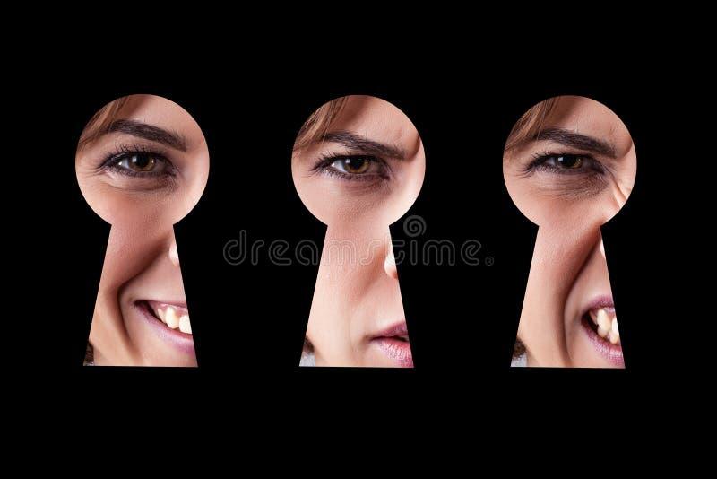 Occhio della ragazza in buco della serratura fotografia stock libera da diritti