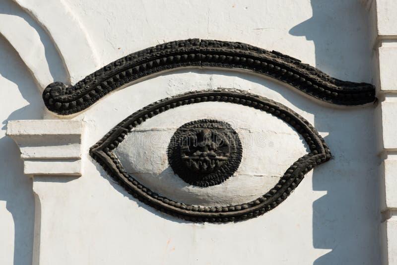 Occhio di Buddha sulla parete bianca in tempio del Nepal immagini stock libere da diritti