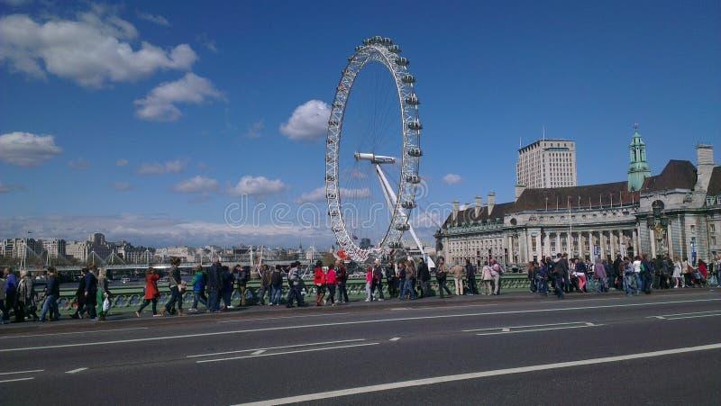 Occhio di Londra accanto al ponte immagini stock libere da diritti