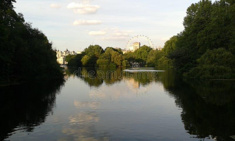 Occhio di Londra dal lago park del ` s di St James fotografie stock libere da diritti