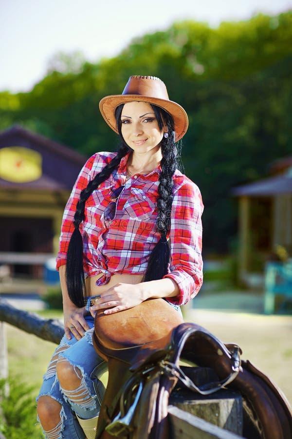 Occidentale, cowboy, cowgirl, rodeo Cowgirl nello stile occidentale sul lontano immagini stock libere da diritti