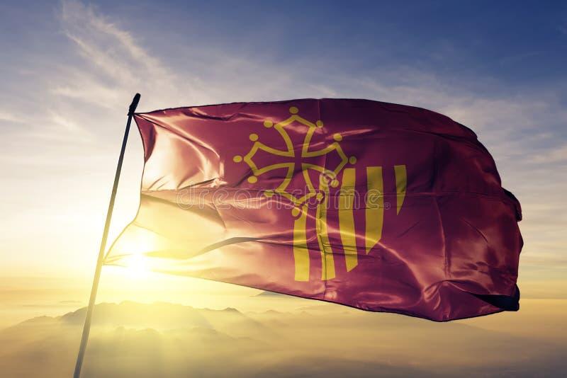 Occitanie Occitania Languedoc Roussillon region Francja flaga tkaniny tekstylny sukienny falowanie na odgórnej wschód słońca mgły ilustracji