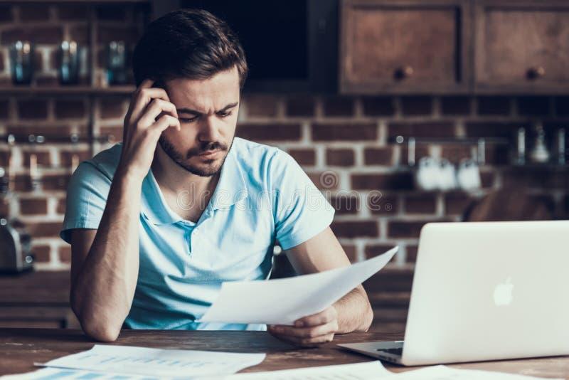 Occupé avec l'homme d'affaires Working Laptop Home de travail image libre de droits