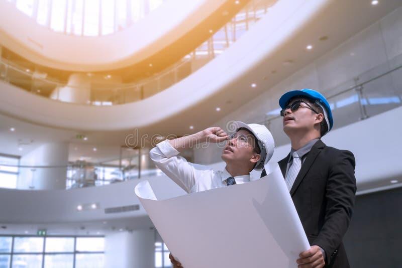 Occupazione asiatica del professionista dell'architetto dell'ingegnere e dell'uomo d'affari immagini stock libere da diritti