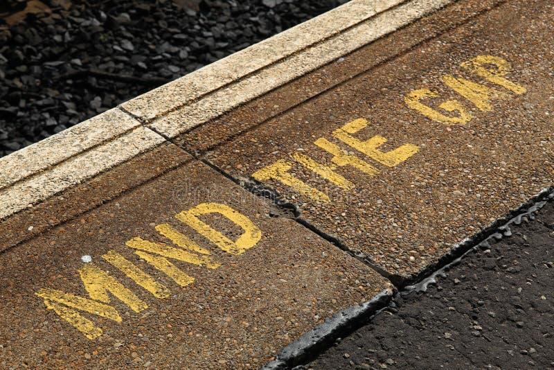 Occupez-vous de Gap dans les lettres jaunes à une gare ferroviaire à Edimbourg photo libre de droits