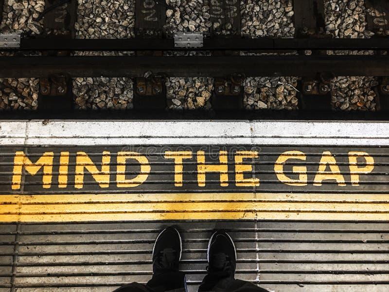 Occupi del segno di lacuna ad una stazione ferroviaria a Londra Inghilterra immagini stock libere da diritti