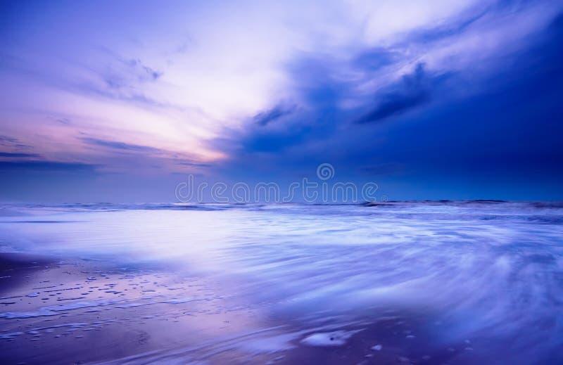 Oceaan bij nacht stock foto