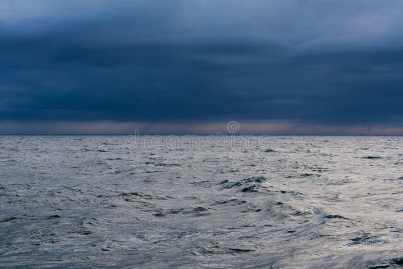 Oceaan bij schemer stock foto's