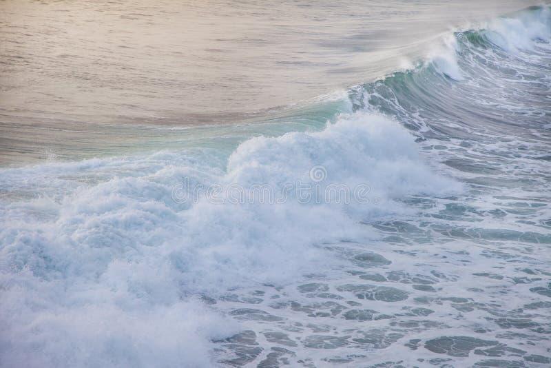Oceaan blauwe golf in oceaan Brekende golf voor het surfen in Bali royalty-vrije stock foto's