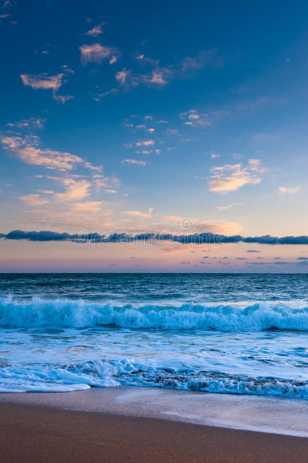 Oceaan branding onder roze zonsondergang royalty-vrije stock foto's