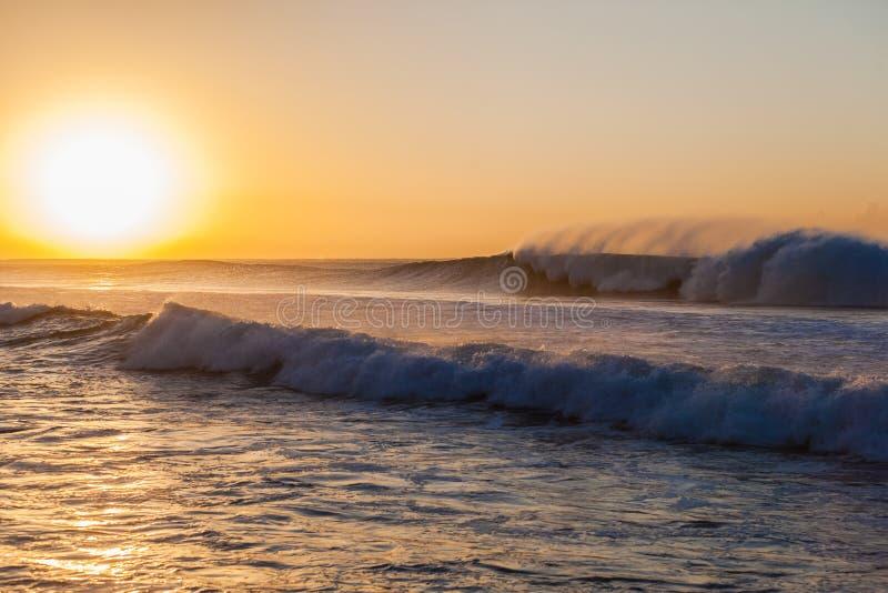 Oceaan de Waszonsopgang van de Golvennevel royalty-vrije stock foto