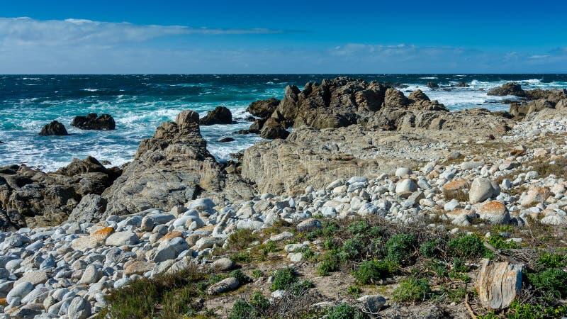 Oceaan dichtbij Kiezelsteenstrand, Kiezelsteenstrand, Monterey-Schiereiland, Calif stock afbeelding