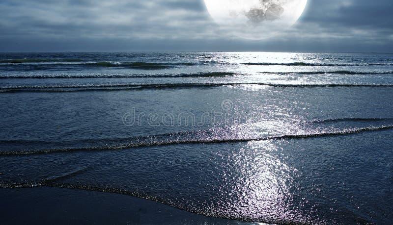 Oceaan en de Maan royalty-vrije stock fotografie