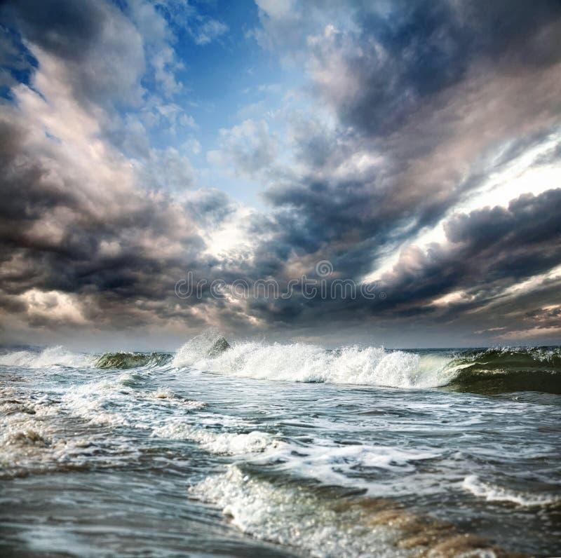 Oceaan en dramatische hemel royalty-vrije stock afbeeldingen