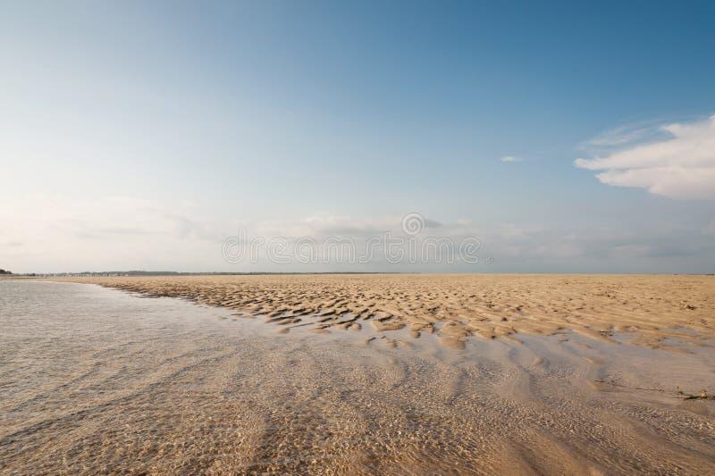Oceaan en strand met geel zand - mooi landschap royalty-vrije stock foto