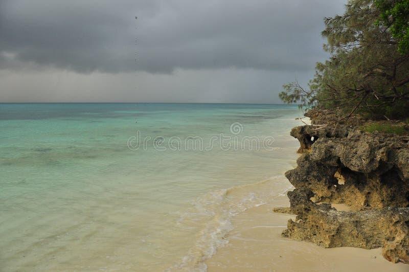 Oceaan en strand in Ouvea-Eiland, Nieuw-Caledonië royalty-vrije stock foto