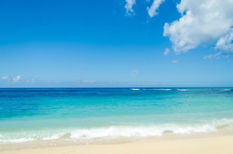 Oceaan en tropische zandige strandachtergrond stock foto's