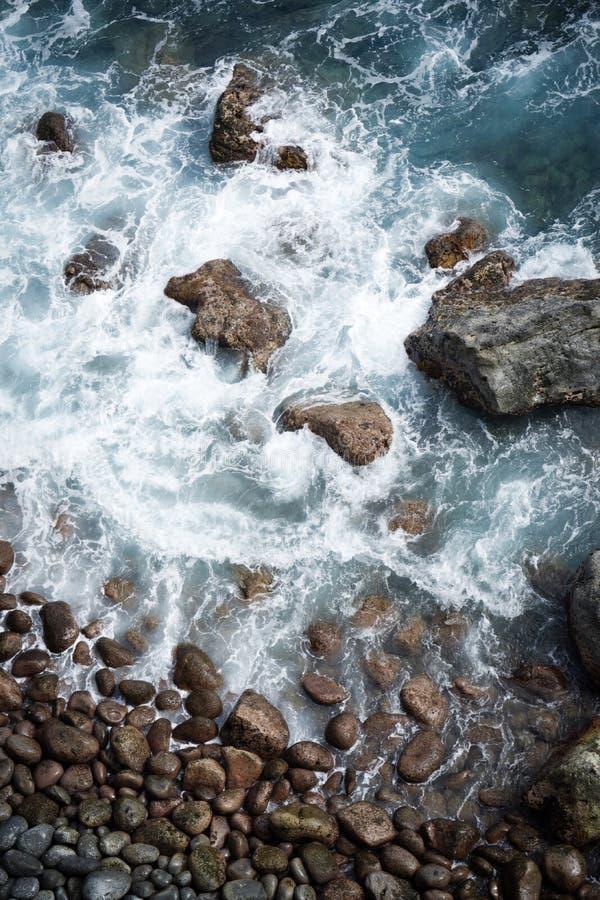 Oceaan golven die op rotsen verpletteren royalty-vrije stock afbeeldingen