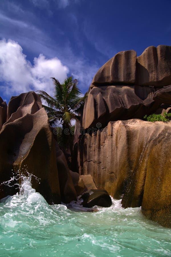 Oceaan golven die over vlotte vulkanische rotsen wassen stock foto's