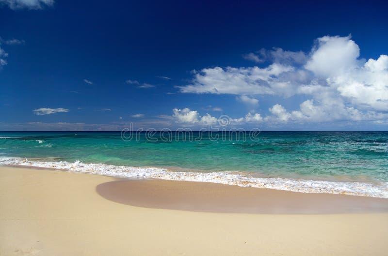 Oceaan golven met wolken en blauwe hemel stock foto's