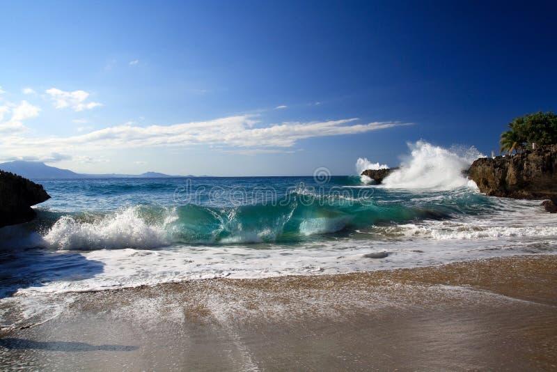 Oceaan golven tussen ertsaders royalty-vrije stock foto