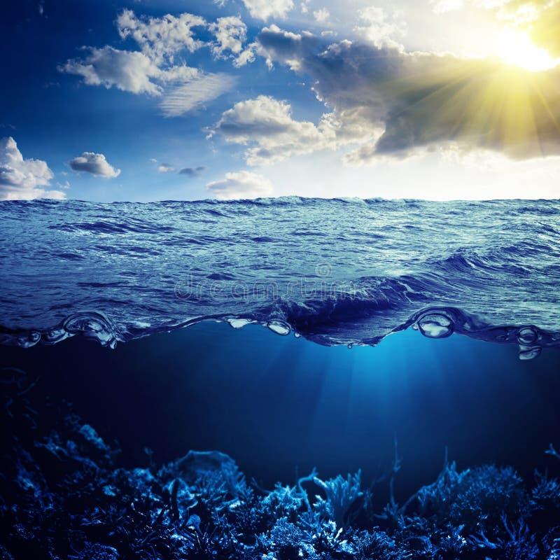Oceaan hierboven en hieronder royalty-vrije stock afbeelding