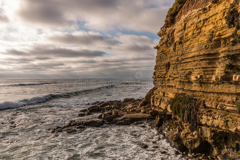 Oceaan, Klip en Rotsen bij Zonsondergangklippen in San Diego stock foto