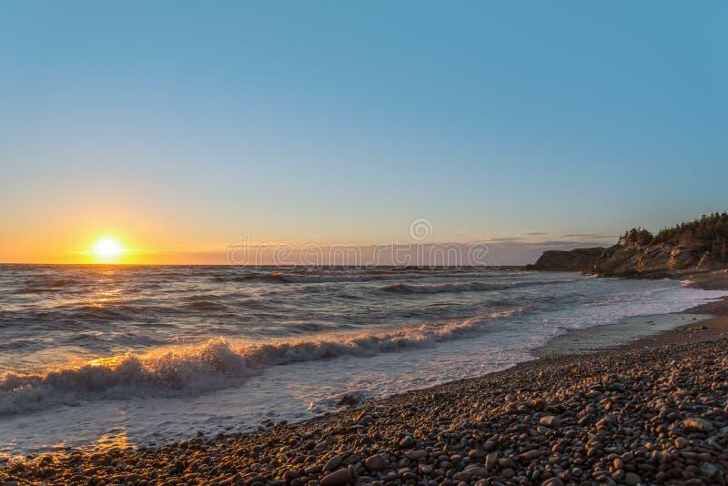 Oceaan kust bij zonsondergang royalty-vrije stock foto