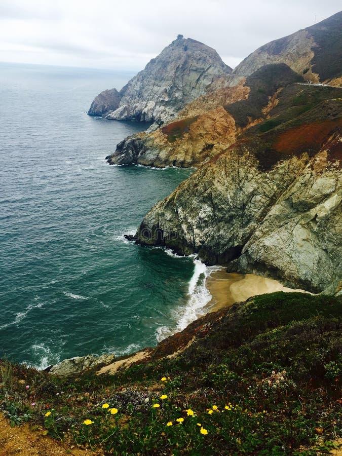 Oceaan kustlandschap met water en bergen stock afbeeldingen