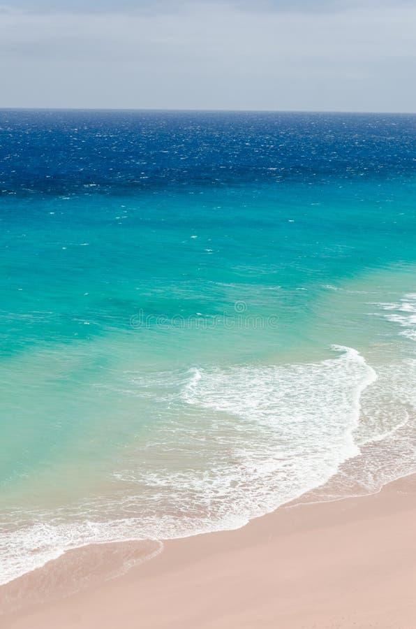 Oceaan landschap blauw en diep blauw water van oceaan en strandverstand royalty-vrije stock foto's