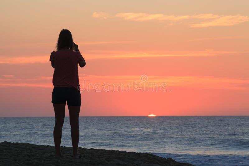 Oceaan Landschap: De zon gluurt over Horizon NC stock afbeeldingen