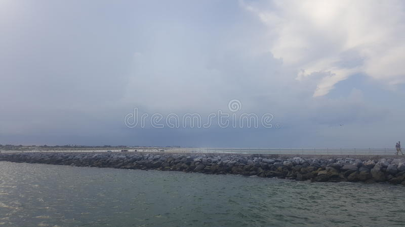 Oceaan in nieuw syrmnastrand stock afbeelding