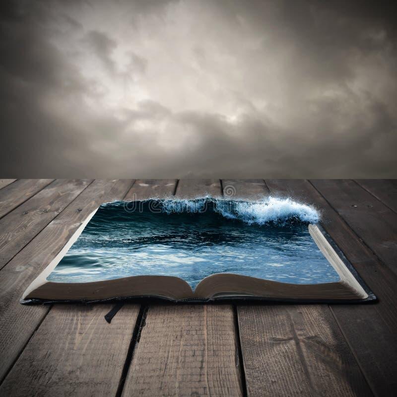 Oceaan op een open boek stock afbeelding
