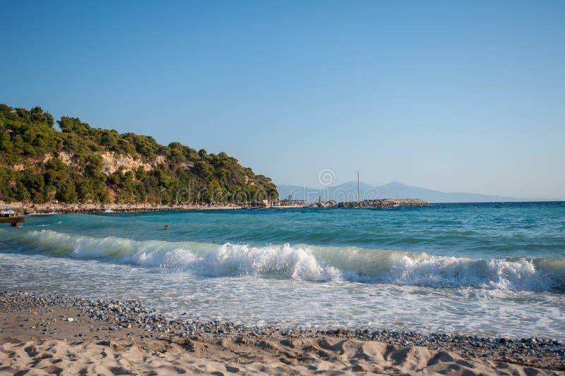 Oceaan shorebreak in vooraanzicht Het grote mooie groenachtig blauwe golf bespatten met backwave en klaar uit te breken Wit Schui royalty-vrije stock afbeelding