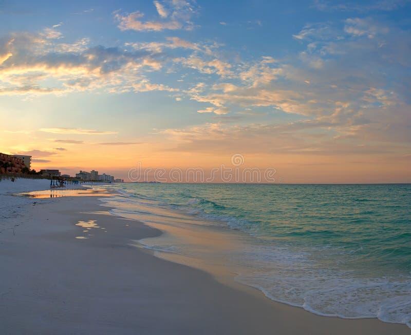 Oceaan strand bij zonsopgang stock foto