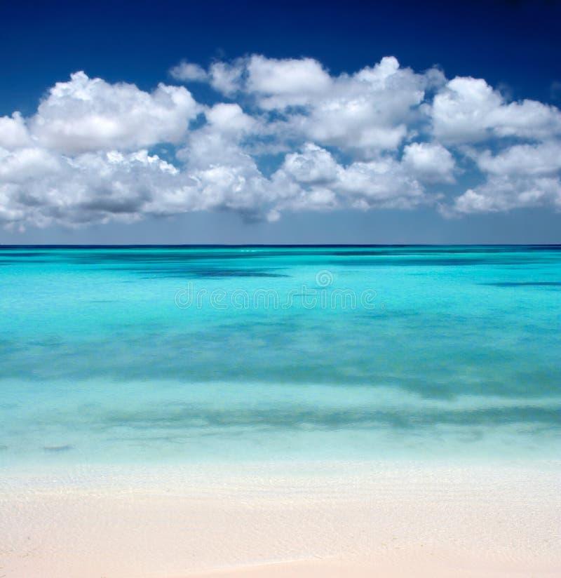 Oceaan Strand en Wolken royalty-vrije stock fotografie