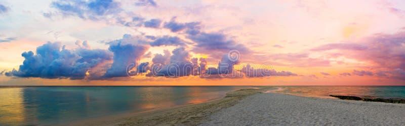 Oceaan, strand en zonsondergang stock afbeelding